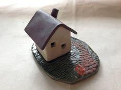 陶器で作ったお家形小物入れです。 お家部分が外れます。 石畳のおうちです。おうち部分が動かせるので、お香たてにしたり、玄関先に置いて鍵を入れたり&hellip...|ハンドメイド、手作り、手仕事品の通販・販売・購入ならCreema。