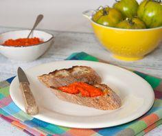 Caviar de poivrons rouges : tartinade pour l'apéro Caviar, Vegan Lifestyle, C'est Bon, Plastic Cutting Board, Skin Care, Table, Red Peppers, Eggplants, Tomato Season