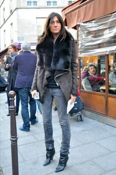 "Emmanuelle Alt chief and editor of ""Vogue Paris"". I'm a big fan of her style, especially the way she combines clothes from chain stores with those from Emmanuelle Alt Style, Vogue Paris, Style Parisienne, Moda Formal, Look Street Style, Paris Mode, Effortless Chic, Parisian Style, Looks Cool"