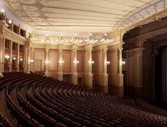 Большой фестивальный зал «Фестшпильхаус» https://zalservice.ru/zaly-mira/bolshoy-festivalnyi-zal/  Оперный театр или «фестшпильхаус» (от нем. Festspielhaus) находится в Баварии и примечателен тем, что чаще всего на его сцене ставят оперы гениального композитора Вагнера. Дело в том, что театр был создан при активном участии и под руководством самого Рихарда Вагнера, который использовал для этого наработки по проекту оперного театра в Мюнхене.