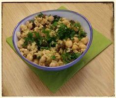 Bei Stefan gabs zu Mittag was genial leckeres: Kichererbsen-Reissalat mit frischer Petersilie, Walnüssen, Rosinen, Curry, Kardamom und Zimt... mmmhhh!