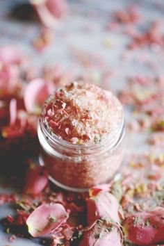 Feminine and pretty, this floral salt soak smells like roses and has a beautiful soft pink color thanks to the Himalayan salts. I love this particular DIY salt soak recipe because it takes about five minutes to create and makes a great gift. Homemade Beauty, Diy Beauty, Beauty Spa, Beauty Ideas, Fake Flowers, Beautiful Flowers, Bio Make Up, Himalayan Salt Bath, Bath Salts Recipe
