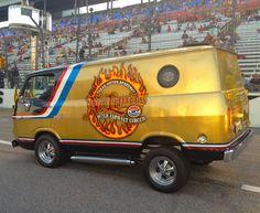 Gold custom van, Texas Motor Speedway Vw T1 Camper, Old School Vans, Custom Muscle Cars, Vanz, Cool Vans, Vans Style, Vintage Vans, Custom Vans, Drag Cars