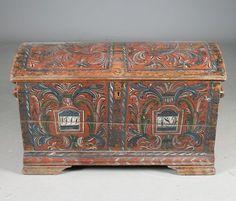 Liten rosemalt kiste med rød bunnfarge, Telemark. Eierinitialer og datering 1854. L: 84 cm. Innvendig med rester av maling. Prisantydning: ( 5000 - 6000) Solgt for: 7500