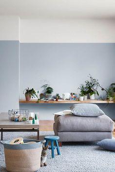 Un salon plein de fraîcheur avec un duo de peintures couleur