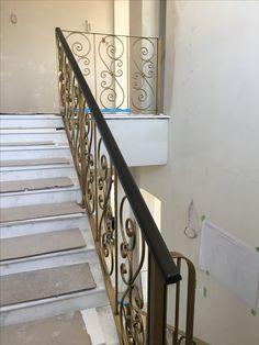 Ringhiera personalizzata in ferro battuto. Verniciata in Oro Chiaro invecchiato. Sito in una sontuosa villa ad Astana, Kazakistan.