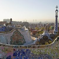 Ideado como una ciudad jardín, Gaudí nunca vio concluido el Park Güell, que proyectaba junto al conde Güell la construcción de un gran número de viviendas de lujo rodeadas de un extenso jardín para la alta burguesía barcelonesa. Pese a no haber terminado el proyecto, hoy el Park Güell, con su entrada, los pabellones, la verja en forma de dragón y la escalinata con la fuente, es una de las estampas más célebres de la Ciudad Condal.