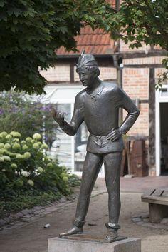 #Eutin Dumm Hans wurde früher häufig der jüngste Sohn einer Familie genannt, der von der Familie unterschätzt wurde, aber eine gehörige Portion Bauernschläue besaß. Karlheinz Goedtkewurde am 15. April 19...