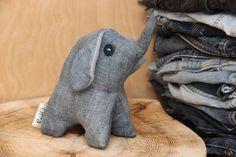Nous sommes heureux de vous voir dans notre boutique! Jouet Jean - éléphant Joli cadeau pour l'Afrique et safari thème animalier, conception spéciale - style vintage Le jouet est fait de tissu denim recyclé et rempli de remplissage synthétique de qualité Dimensions environ - 6 x 5