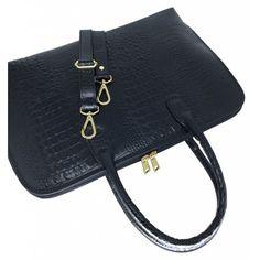 b6ad76582 Bolsa executiva feminina de couro preta. Confeccionada em couro legítimo,  possui opção de alça