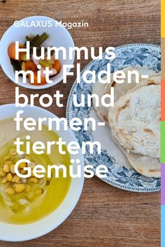 Hummus ist ein Klassiker aus dem nahen Osten. Durch Knoblauch, Sesampaste und Olivenöl erhält der Kichererbsen-Brei seinen einmaligen, nussigen Geschmack und seine sämige Konsistenz. Weil es so gut ist, kocht Simon bloss Fladenbrot und etwas sauer fermentiertes Gemüse dazu. Vegan Food, Vegan Recipes, Finger Foods, Hummus, Starbucks, Food And Drink, Hacks, Gourmet, Flat Bread