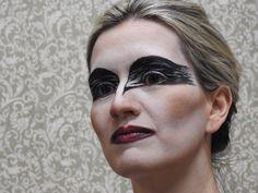 Make Cisne Negro: olhos dramáticos, têmporas marcadas, boca poderosa e ampliada. Produção: DETRICH