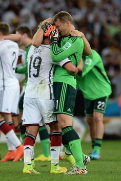 Mario Götze and Manuel Neuer hugging and crying after the final match on June 13th, 2014. Ahh, the feels... guapos! ❤