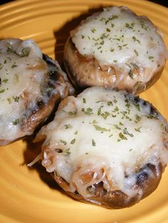 French Onion Soup Stuffed Mushrooms [This WILL BE a favorite dish for us. Bummer that portabellos are so pricey, since I think we'll be eating a lot of them once I try this recipe! ~ Sherry] Maybe skip cheese? Vegetable Recipes, Vegetarian Recipes, Cooking Recipes, Healthy Recipes, Mushroom Recipes, Vegetable Dishes, Fast Recipes, Ketogenic Recipes, Healthy Meals