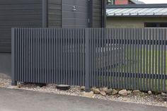 Fence Gate Design, Modern Fence Design, Front Gate Design, Main Gate Design, Front Yard Fence, Front Gates, Timber Fencing, Lattice Fence, Aluminum Fence