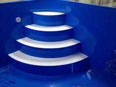 4 stupňové rohové schody s bílýma nášlapama v bazénu Power Point Templates