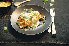 Um ótimo exemplo de comida que tem que ter numa geladeira de família. É leve, saudável, fácil de fazer e fica meio pronta... Na hora, é só preparar o molho e dar aquela gratinada. E a receita é tão caprichada que serve até pra um jantar especial.