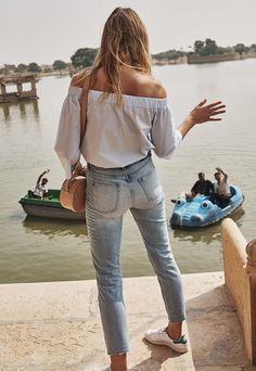 faded skinny jeans, sneakers, off the shoulder white top, casual weekend Jeans Boyfriend, Mom Jeans, Skinny Jeans, Denim Jeans, Vogue, Summer Jeans, Mode Inspiration, Fashion Inspiration, Vintage Jeans