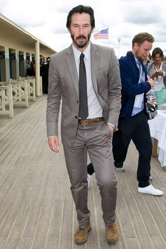 Keanu Reeves: costume cinza de algodão, uma boa opção para situações menos formais (Foto: Getty Images)