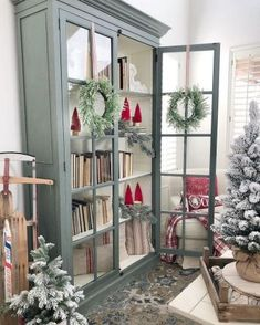 Home Sweet Home Hutch Decor Display China Cabinets The Ultimate Convenience 82 - Decori Christmas Staircase Decor, Christmas Home, Christmas Decorations, Christmas Trees, Xmas, Muebles Shabby Chic, Home And Deco, Porch Decorating, Decorating Ideas