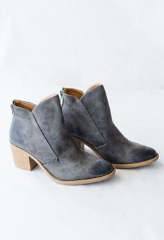 The distressed oil finish on these babes will have you falling in love! Run very true to size.