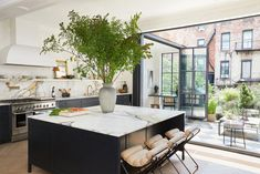 EyeSwoon founder Athena Calderone renovated a Cobble Hill townhouse together with designer Elizabeth Roberts into a wonderful bright forever home. Townhouse Interior, Townhouse Designs, London Townhouse, Brownstone Interiors, Brooklyn Brownstone, Designers Guild, Elizabeth Roberts, Greek Revival Home, Bright Kitchens