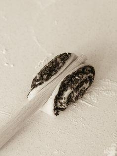 Ciasto drożdżowe z makiem uformowane drewnianą łyżką