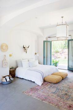 Make your dream bedroom comes true by using the bohemian bedroom rug decor ideas in your bedroom. Get tons of inspiration here. 70s Bedroom, Bedroom Sets, Master Bedroom, Greek Bedroom, Zara Home Bedroom, Zen Bedrooms, Bedroom Yellow, Yellow Walls, Bedding Sets