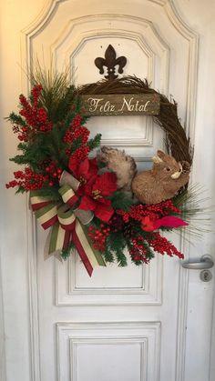 Christmas Flower Arrangements, Christmas Centerpieces, Outdoor Christmas Decorations, Rustic Christmas, Simple Christmas, Tree Decorations, Minimal Christmas, Christmas Flowers, Christmas Tree Themes