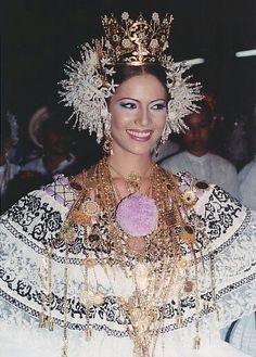 Reina de Calle ARriba de Las Tablas 2005 usando una #pollerapanameña marcada  con una cadena sígueme