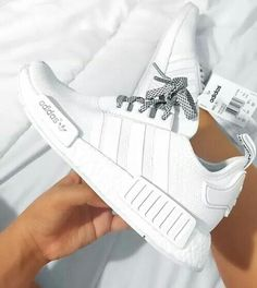 68eb63bf795 Pinterest  delaneysavannah  walkingoutfit White Tennis Shoes