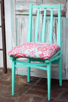 Las sillas de Paula pedían a gritos un cambio, por eso me encargó el reciclado de las mismas.  Después de encolar partes flojas, lijar, pi...