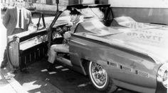 Feliz da vida com seu novíssimo Ford Thunderbird 1962 Sport Roadster, Elvis posa ao lado do vendedor de carros Ernie Barrasso. Mas a alegria durou pouco. O Rei devolveu o carro dias depois, após o conversível apresentar problemas nas rodas. Ele mesmo ligou para Edsel Ford, presidente da montadora na época, para reclamar do defeito.