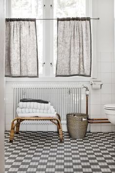 Decorating With Bathroom Curtains Cosy Bathroom, Scandinavian Bathroom, Bathroom Curtains, Scandinavian Design, Small Bathroom, Bungalow Bathroom, Bathroom Bath, Privacy Curtains, Swedish Interiors