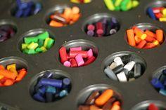 Derretir crayones en latas de horno, se pueden mezclar colores o tonalidades
