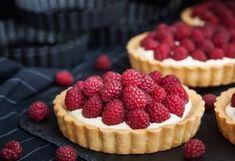 tartaletky s malinami Bread Cake, Croquembouche, Mini Cakes, Coffee Break, Baked Goods, Sweet Recipes, Moka, Raspberry, Cheesecake