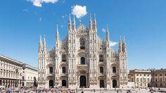 """Eine der größten Kirchen des Christentums – Der Mailänder Dom.Knapp 630 Jahre ist es her, als der Grundstein für den Mailänder Dom gelegt wurde. Heute ist das Meisterwerk lombardischer Gotik mit seinen fast 12.000 Quadratmetern flächenmäßig der drittgrößte Dom der Welt. Besonders beeindruckend: der Vierungsturm, der von einer vergoldeten Marienstatue namens """"La Madonnina"""" geschmückt wird. Auch die rund 3.500 Figuren, die das Dach zieren, und die farbenprächtigen, hohen Glasfenster stehen für…"""
