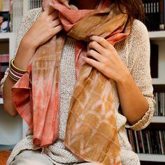 Foulard fait main au Bangladesh en coton filé et tissé à la main. Bibi Russell pour Dana-esteline. http://www.hygge-liv.com/foulard-tie-dye-sable.htm