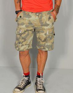 Pantalón corto de camuflaje con bolsillos laterales. Ropa online para hombre en Tiendas13.com
