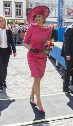 The queen during Kingsday in a pink Natan dress. Click on the image to see more looks.