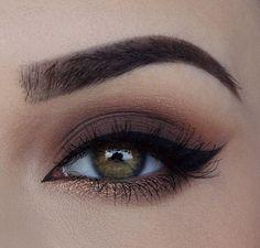 olho esfumado de marrom com dourado na linha inferior.