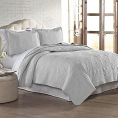 Are you looking for a fresh bedding ensemble this season. Well, look no further than these polyester reversible quilt collection. This quilted coverlet set includes a coverlet made from. King Quilt Sets, Queen Quilt, Quilt Bedding, Bedding Sets, Comforter, Linen Bedroom, Master Bedroom, Embroidered Quilts, Upholstered Platform Bed