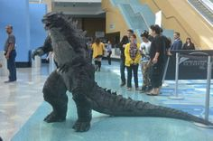 Sean Sumagaysay is the guy who built this epic Godzilla costume. He built this costume to walk around in at comic con. Cosplay Tutorial, Cosplay Diy, Best Cosplay, Cosplay Ideas, Awesome Cosplay, Godzilla Suit, Godzilla Costume, Dragon Costume, Dinosaur Costume
