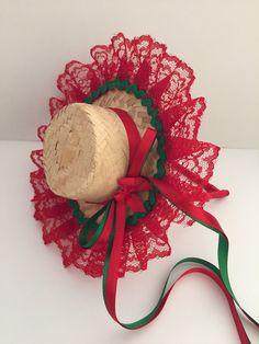 Arquinho com chapeuzinho junino, confeccionado na cor escolhida pelo cliente. Chapeuzinho colado no arquinho, personalizado com renda e fitas de cetim. Produto indicado a partir de 3 anos de idade. Hat Crafts, Crafts To Do, Crafts For Kids, Christmas Diy, Christmas Wreaths, Barbie Sewing Patterns, Butterfly Cross Stitch, Diy Hat, Boutique Hair Bows