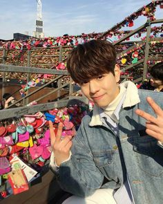 - 040418 - he's gorgeous inside and out, how can anyone hate him? - minnie in which seungmin runs a fan account for his favorite model hwang hyunjin. Lee Min Ho, Haha, Stray Kids Seungmin, Kids Wallpaper, Ji Sung, Lee Know, Kpop Boy, South Korean Boy Band, K Idols