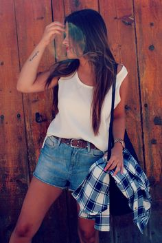 Streetstyle: high shorts + ugly sandals + plaid shirt