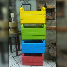Caixotes de madeira colorido,  tipo feira.