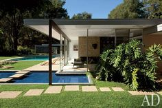 mid century style - 1950s and 60s - usually a flat roof - 03cuttingedge House Tour: Vidal Sassoons Modernist Bel Air Home   Shelterpop  Los Angeles Platinum Triangle Beverly Hills Bel Air Holmby Hil...