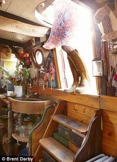Fashion stylist and creative consultant Emma Freemantle welcomes us aboard her floating home, a narrow boat moored on Regent's Canal, Northwest London Canal Boat Interior, Sailboat Interior, Canal Barge, Narrowboat Interiors, Dutch Barge, Sailboat Living, Boat Lift, Floating House, Boat Plans