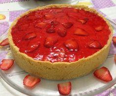 A Torta de Morango com Gelatina é cremosa, deliciosa e fica com aquele aspecto espelhado que é um charme. Confira a receita agora mesmo!